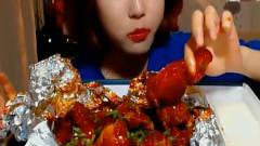 韩国美女吃播辣鸡腿,满嘴满手都是辣酱,吃相