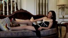 可爱美女躺在沙发上,想不到男子竟跑上楼去偷