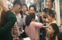 小伙地铁打电话恶搞,一车的人都快笑疯了,听