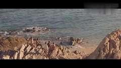 比基尼美女水中游泳,曼妙身姿令人浮想联翩