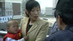 美女抱着小孩天桥乞讨,老头经过说小孩有病,