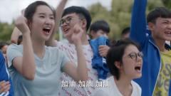 江天昊被体育老师穿小鞋,不料全班女生都来给