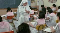 女老师正惩罚学生,却被开心鬼恶搞,学生在一