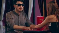 爱情公寓:子乔酒吧里扮瞎子约美女,伙伴们强