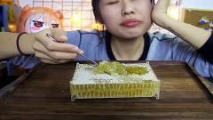 上海吃播:软软小姐姐吃美食,感觉这个好甜呀