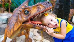 萌娃搞笑视频:萝莉小可爱到侏罗纪恐龙世界 和