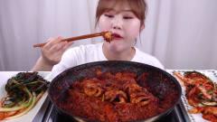 韩国美女吃播秀,自己动手做的辣炒八爪鱼拌饭