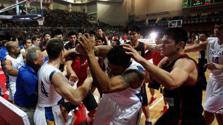 篮球打架视频,易建联直接挥肘,打球如打人