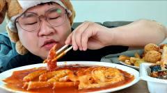 韩国大胃王小胖,试吃猎奇年糕汤,大口大口吃