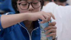 《少年派》林妙妙上体育课太累喝冷饮料,林妙
