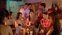 宝莲与众美女姐妹酒吧艳舞,台下小伙尖叫连连
