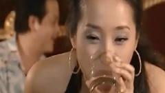 美女酒吧陪客人喝酒,半夜身体燥热浑身难受