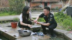 闽南语搞笑视频:小伙暗恋村花25年, 写下情书砸