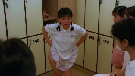 少女在试衣间换衣服 不料贴身衣物被人放入小虫 还不快脱掉