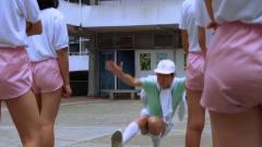 体育老师对着女学生们做出奇怪动作,女学生们