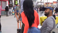 街头恶搞:陌生子女突然坐在腿上,路人会做出