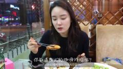 韩国两位女主播,飞到青岛吃海鲜,酒足饭饱后