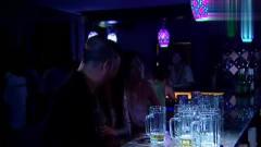 老男人去酒吧买醉,出来却发现醉酒美女蹲在车