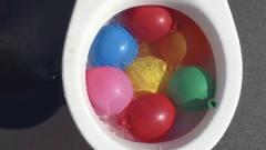 恶搞:小伙作死把装满水的气球放入抽水马桶,