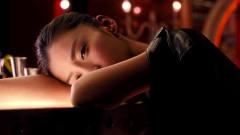 摆渡人:男子以为美女睡着了,把灯关上,关了