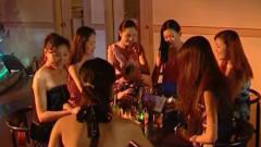 一群可爱美女在酒吧跳舞,台下小伙尖叫连连,