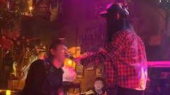酒吧美女唱歌时,突然男子想要唱一句,没想到