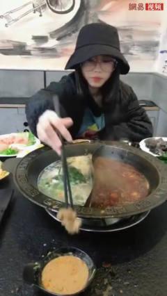和女友去吃火锅,看看男子是如何恶搞女友的