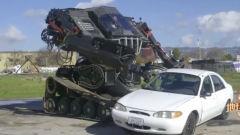 张新宇驾驶机器人,好好的一辆小轿车被他毁了