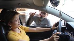 美女发现小偷在偷自己的车,灵机一动想出一招
