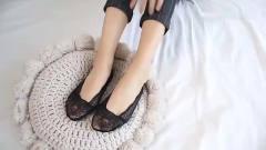 美女脚模自拍,黑色蕾丝船袜气质女人必不可少