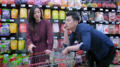 帅哥陪美女上司逛超市,看她买的零食种类,就
