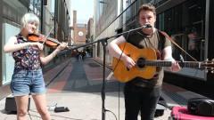 美国帅哥美女音乐组合街头唱歌演出