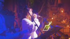 酒吧美女翻唱一首《男孩》,在座的客人都听呆