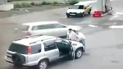 """靈異事件:二男子下車打開引擎蓋現""""靈異事件"""