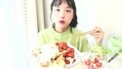 韩国美女吃播Nado大口吃鸡搭配牛油果沙拉太美味