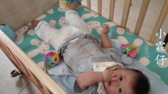 5个多月的宝宝,在床上听着音乐吃着手指,还不