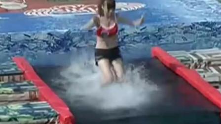 勇者大冲关:啦啦队美女身材火辣,落水时的傻