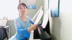 学会弹钢琴这个技能,除了愉悦身心,带孩子也