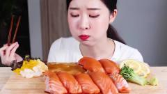 吃播:韩国美女吃货试吃新鲜三文鱼片,为啥吃