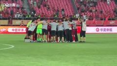 哨响后谢峰罕见进场庆祝,华夏球员抱成一团加