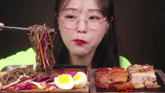 吃播:韩国美女吃货试吃香辣猪蹄拌韩式荞麦面