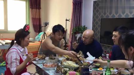 鱼头冲谁谁说了算?东北一家人吃饭开始抢位置了!
