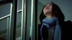 美女在公司楼梯间,突然边上摔下个古装女,看