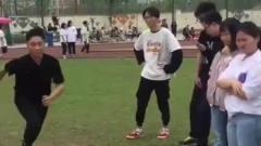 体育老师看见了,非得躲厕所哭