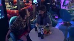 性感豹纹美女没人要,带着闺蜜在酒吧买醉,没