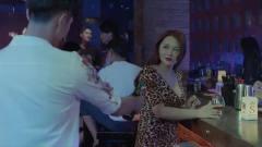 男子酒吧遇老熟人想打招呼,被美女捷足先登!