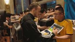 PP体育直击狼队抵达下榻酒店,桑托进门就签名球