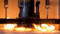 奇闻趣事:强强对决!1000多度的岩浆对战液压机