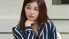 张玉安在谈阴谋论,旁边的韩国美女崇拜的看着