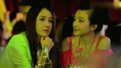 小伙在酒吧喝酒,被旁边两个美女看到,走上前